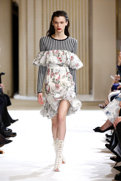 Vestido mini de Giambattista Valli otoño/invierno 2017/2018 en la Paris Fashion Week
