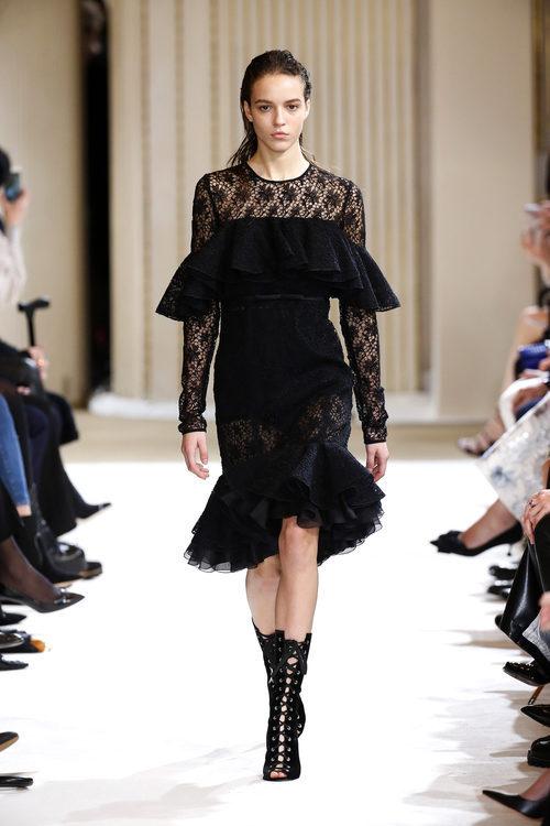 Vestido midi negro de Giambattista Valli otoño/invierno 2017/2018 en la Paris Fashion Week