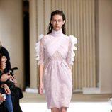 Vestido rosa cuarzo de Giambattista Valli otoño/invierno 2017/2018 en la Paris Fashion Week