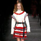 Vestido estructurado de Alexander McQueen otoño/invierno 2017/2018 en la Paris Fashion Week