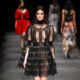 Vestido negro con transparencias de Alexander McQueen otoño/invierno 2017/2018 en la Paris Fashion Week