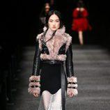 Chaqueta con tejido de pelo de Alexander McQueen otoño/invierno 2017/2018 en la Paris Fashion Week