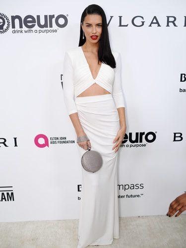 Adriana Lima con un vestido blanco en la fiesta de la Fundación Elton John por los Premios Oscar 2017
