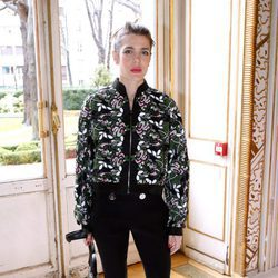 Carlota Casiraghi con una bomber floral en el desfile de Giambattista Valli en la Semana de la Moda de París