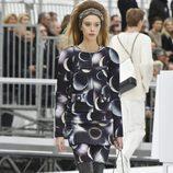 Vestido con estampado de planetas de Chanel otoño/invierno 2017/2018 en la Paris Fashion Week