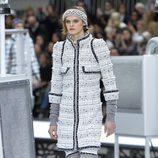 Abrigo gris perla de Chanel otoño/invierno 2017/2018 en la Paris Fashion Week