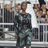 Chaqueta verde metalizada de Chanel otoño/invierno 2017/2018 en la Paris Fashion Week