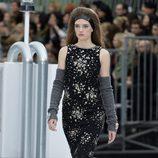 Vestido negro estampado de Chanel otoño/invierno 2017/2018 en la Paris Fashion Week