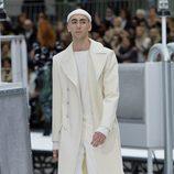Abrigo de paño blanco de Chanel otoño/invierno 2017/2018 en la Paris Fashion Week