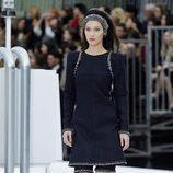 Bella Hadid desfilando para Chanel otoño/invierno 2017/2018 en la Paris Fashion Week