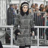 Kendall Jenner desfilando para Chanel otoño/invierno 2017/2018 en la Paris Fashion Week