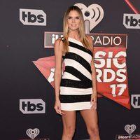 Heidi Klum con un vestido mini en los iHeartRadio Music Awards 2017