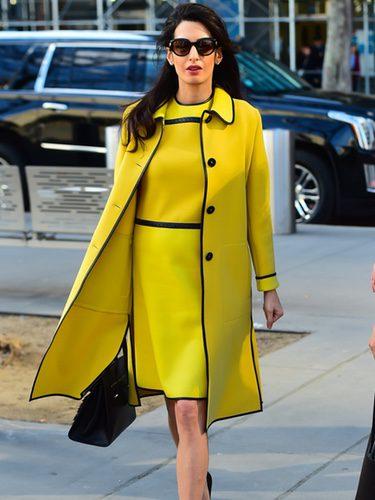 Amal Clooney con un total look mostaza en Nueva York