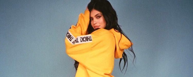Kylie Jenner con un chándal amarillo de su propia colección de ropa