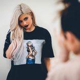 Kylie Jenner posando con una camiseta de su propia firma de ropa