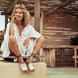 Elsa Pataky con unas sandalias blancas de Gioseppo primavera/verano 2017