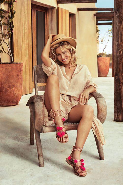 Elsa Pataky con unas sandalias rojas de Gioseppo primavera/verano 2017