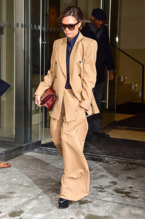 Victoria Beckham con un traje de chaqueta camel en Nueva York