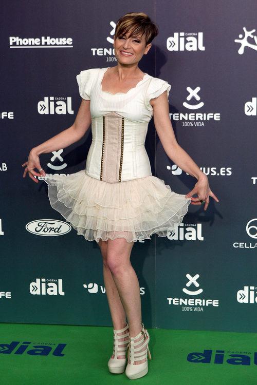 Sara Escudero con un look blanco y nude en los Premios Cadena Dial 2017