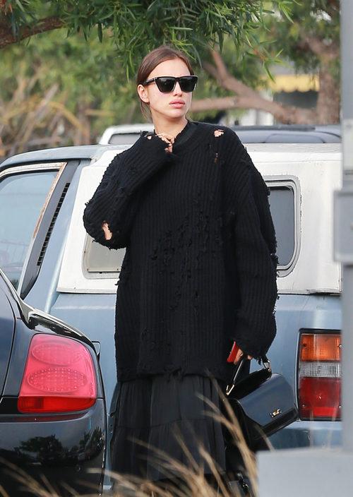 Irina Shayk con un jersey negro en Los Ángeles