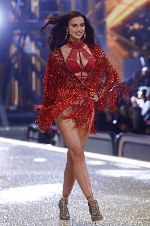 Irina Shayk con un look rojo en el Victoria's Secret Fashion Show 2016
