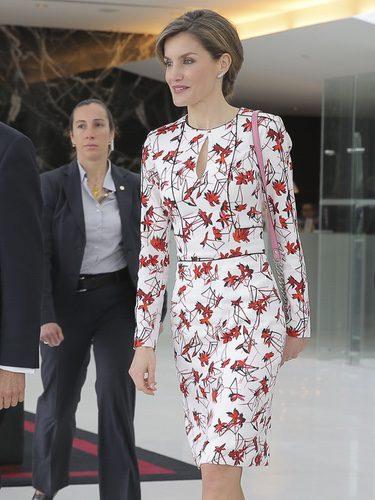 La Reina Letizia con un vestido floral en Portugal