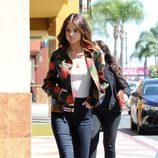 Selena Gomez con una chaqueta de flores en las calles de Los Ángeles