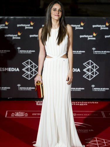 Macarena García con un vestido blanco y dorado en la inauguración del Festival de Cine de Málaga