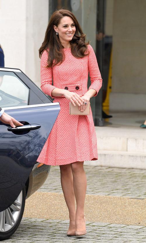 Kate Middleton con un dos piezas de cuadros en Londres