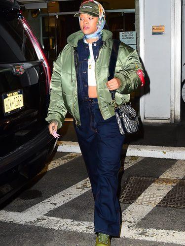 Rihanna con una superposición de capas en Nueva York