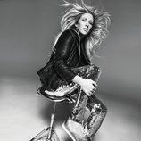 Ellie Goulding con unas sneakers de su propia colección con Deichmann