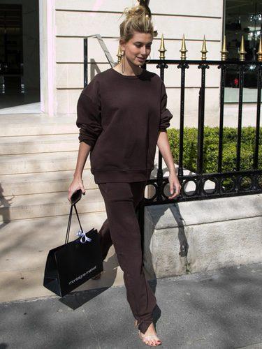 Hailey Baldwin con un chándal marrón en las calles de París