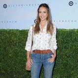 Jessica Alba con un look informal en la presentación de la colección de Victoria Beckham para Target