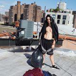 Rocco Ritchie posando con varias sudaderas de la colección de Alexander Wang para Adidas Originals