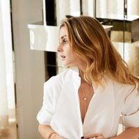 Olivia Palermo con joyas doradas de Piaget primavera/verano 2017