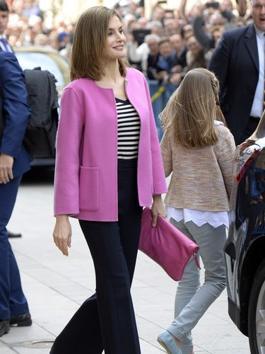 La Reina Letizia con una chaqueta rosa fucsia en la Misa de Pascua en Mallorca 2016