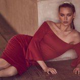 Vestido rojo de escote bardot para la nueva colección 'House of Harlow 1960 x Revolve' de Nicole Richie