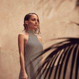 Nicole Richie posando con un vestido a rayas para la nueva colección 'House of Harlow 1960 x Revolve'