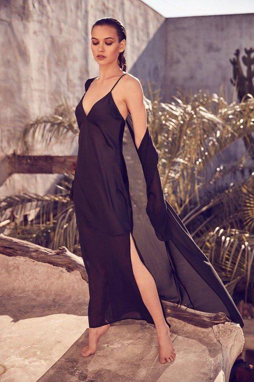 Vestido extra largo negro lencero para la nueva colección 'House of Harlow 1960 x Revolve' de Nicole Richie