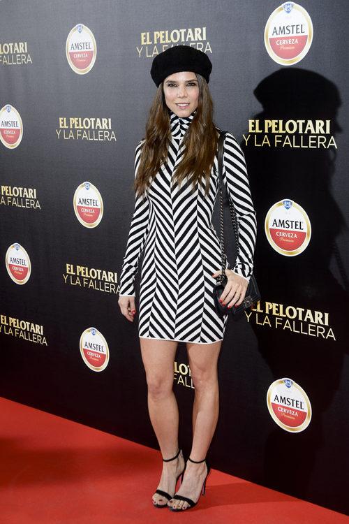 Juana Acosta con un vestido a rayas en la premiere de 'El Pelotari y la Fallera'