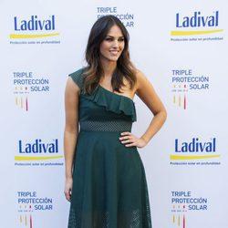 Helen Lindes con un vestido verde intenso en la presentación de los nuevos productos de la firma Ladival