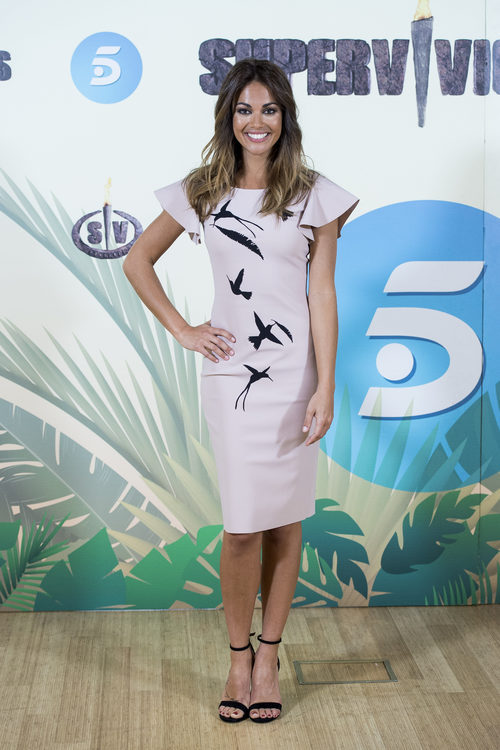 Lara Álvarez con un vestido lila en la presentación del reality 'Supervivientes'