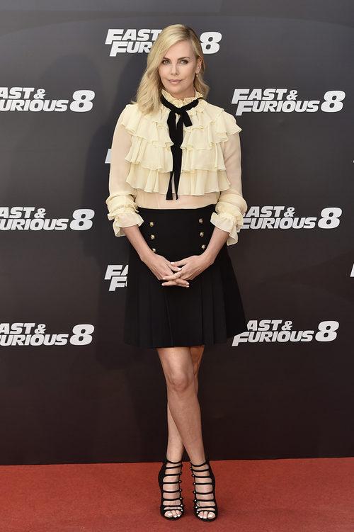 Charlize Theron con un look 'preppy' en el estreno de 'Fast & Furious 8' en Madrid