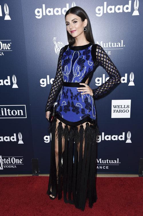 Victoria Justice con un vestido azul y negro en los GLAAD Media Awards 2017