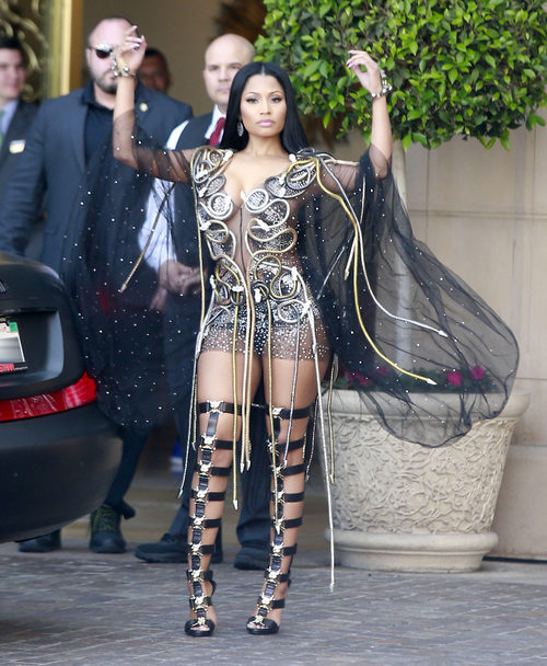 Nicki Minaj con un look brillante en California