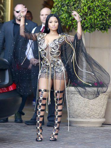 Nicki Minaj con un look brillante en California