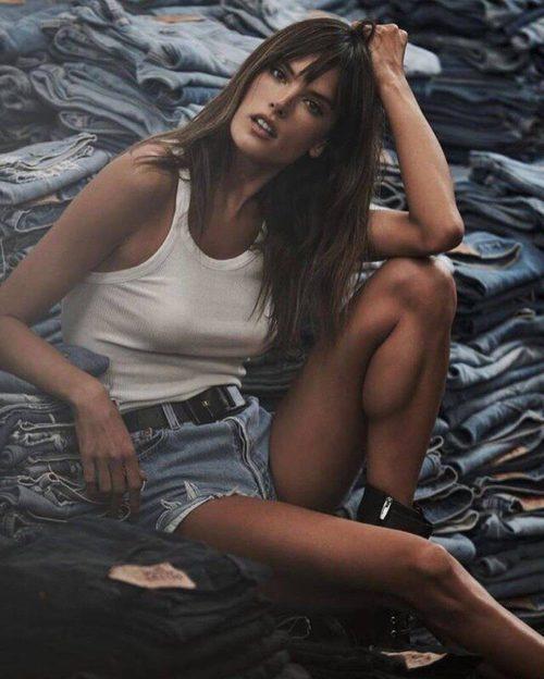 Alessandra Ambrosio con unos shorts y un top blanco para la nueva colección de Redone primavera/verano 2017