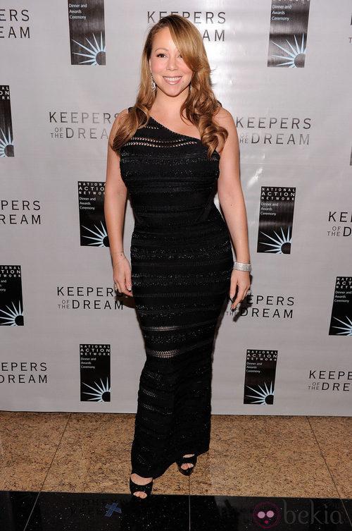 Mariah Carey con un vestido negro ajustado
