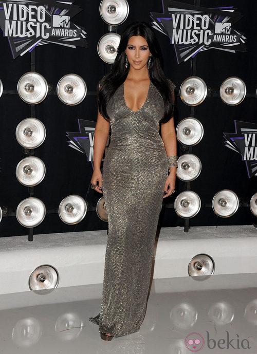 Kim Kardashian con un vestido ajustado color plata