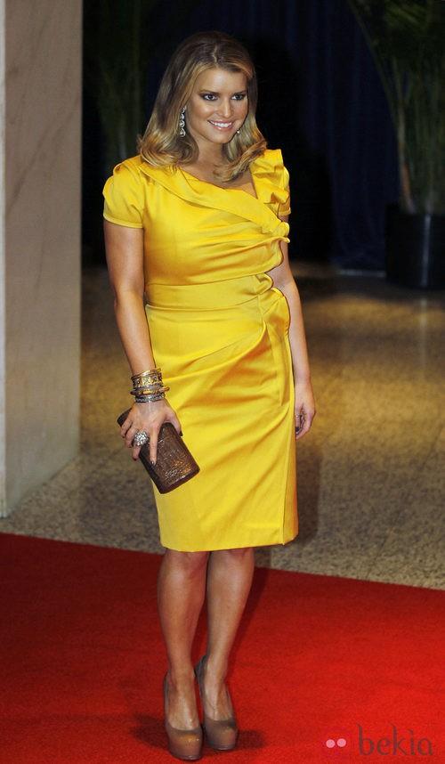 Jessica Simpsoncon un vestido amarillo